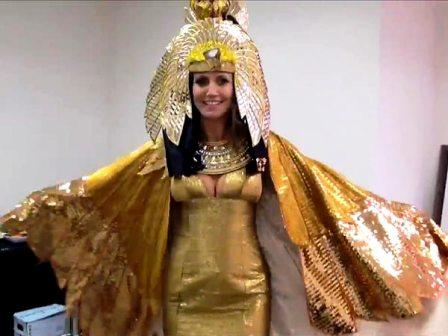 heidi klum 600x450 Belated Halloween Party : Heidi Performs As Cleopatra